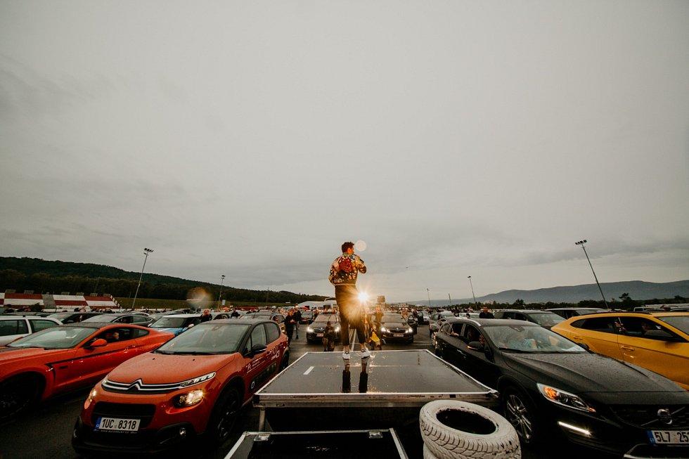 Autokino udělal Luboš Machoň na parkovišti u obchodního domu vÚstí nad Labem. Autokoncert Leoše Mareše se pak konal na mosteckém autodromu.