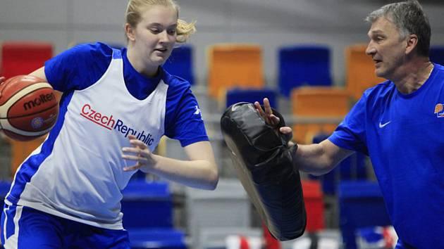 Trénink basketbalistek před kvalifikačními zápasy o mistrovství Evropy. Pivotka Julia Reisingerová a asistent trenéra Ivan Beneš.