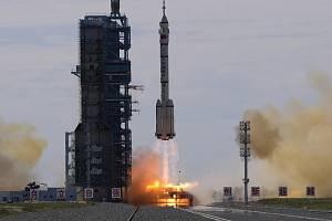 Start čínské vesmírné lodi Šen-čou 12 z kosmodromu Ťiou-čchüan v poušti Gobi v Číně, 17. června 2021.