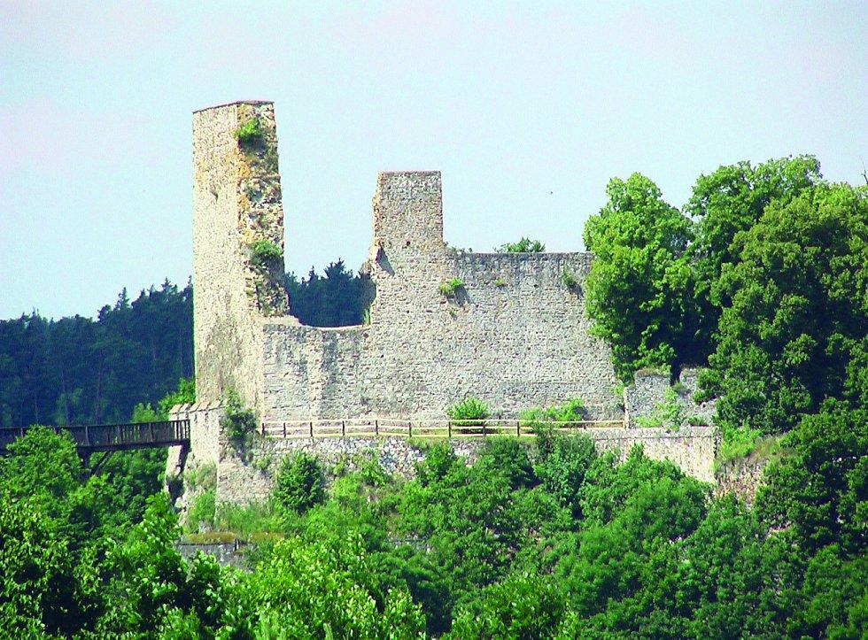 Turisticky velmi oblíbená zřícenina hradu Cornštejna nedaleko Bítova je otevřená jen omezeně a poměrně brzy zavírá.