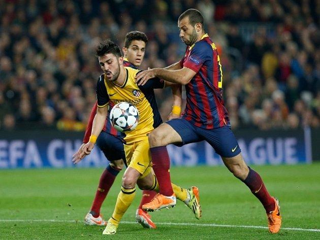 David Villa z Atlétika Madrid (vlevo) a Javier Mascherano z Barcelony.