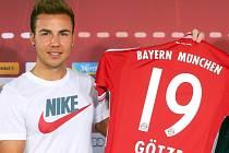 Trapas Bayernu. Mario Götze dorazil na oficiální představení v tričku svého osobního sponzora, což naštvalo Adidas, který je menšinovým vlastníkem klubu.