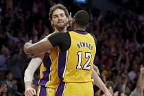 Radost hráčí Lakers v podání Howarda a Gasola