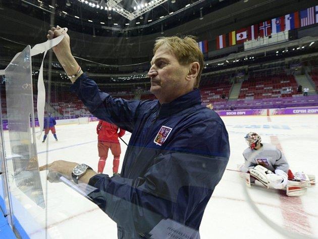 Trenér hokejové reprezentace Alois Hadamczik vede první trénink v Soči.