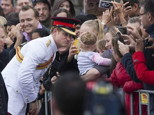 Princ Harry rozdával úsměvy při setkání s fanoušky.