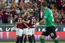 Hráči Sparty se radují z prvního gólu, vpředu je sleduje brankář Slovácka Milan Heča.
