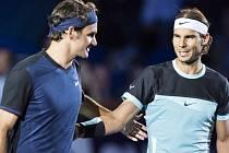 Roger Federer (vlevo) porazil ve finále turnaje v Basileji Rafaela Nadala.
