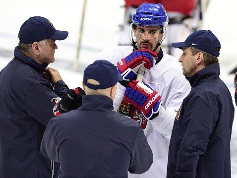 Trenéři Vladimír Vůjtek, Jiří Kalous a Josef Jandač s kapitánem Tomášem Plekancem.