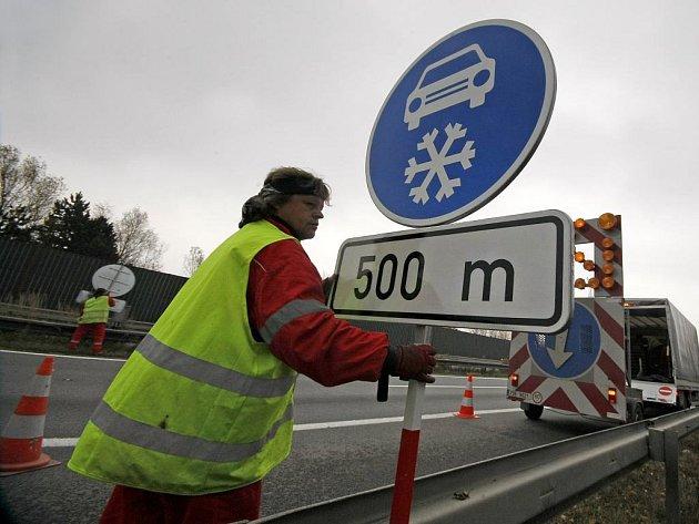 """16 dopravních značek """"Zimní výbava"""" bylo rozmístěno na dálnici D1 mezi Humpolcem a Jihlavou. Prozatím budou značky otočené do krajnice, aby byly nečitelné."""