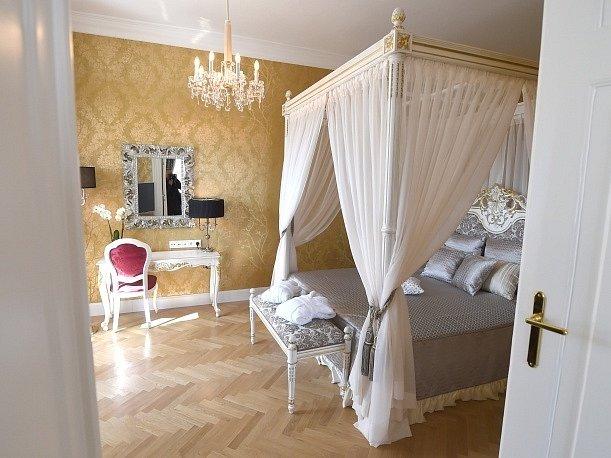 Od konce dubna si zájemci budou moci pronajmout na zámku Schönbrunn byt, který kdysi sloužil pro blízké příbuzné dvora, za cenu od 699 eur (19.200 Kč) za osobu a noc.
