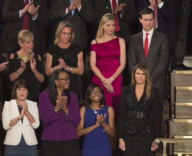 První dáma USA Melania Trumpová (vpravo) dole a dcera amerického prezidenta Ivanka Trumpová (v růžovém) během prvního projevu Donalda Trumpa před Kongresem.