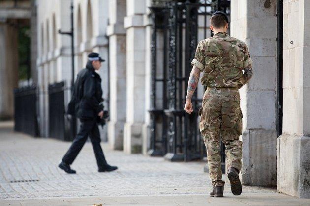 Británie vyhlásila nejvyšší stupeň ohrožení, hlídkující policisty střídá armáda