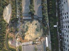 Propadlá silnice v čínském městě Fo-šan