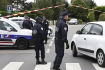 Vrah francouzského policisty měl u sebe seznam dalších cílů, na němž byly i veřejné osobnosti.