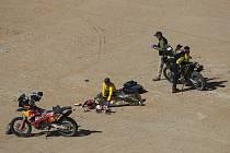 V sedmé etapě Rallye Dakar zahynul portugalský motocyklista Paulo Goncalves (na snímku je přikryté jeho tělo na místě nehody). Čtyřicetiletý jezdec měl podle organizátorů těžký pád na 276. kilometru rychlostní zkoušky, při kterém utrpěl vážná zranění.