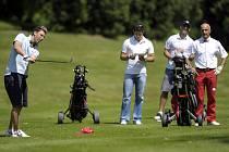 Hrači Slavie Jiří Drtina, Pavel Marek, Vladimír Růžička Jr. vyměnili hokejky za golfové hole.
