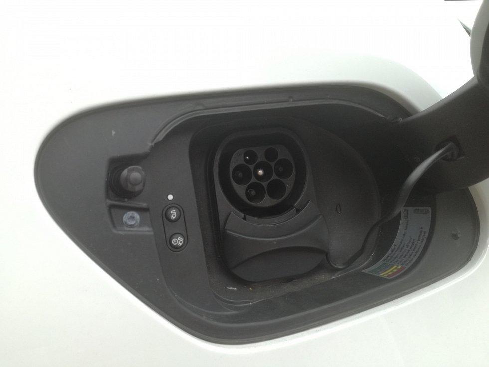 Místo hrdla nádrže má e-Golf zásuvku pro přípojení kabelu nabíječky.