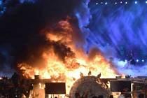 Mohutný požár, který vypukl pod jevištěm, v neděli přerušil nákladnou kulturní show v rámci ekonomického veletrhu Make in India, který se konal v Bombaji. Mezi lidmi, kteří museli být evakuováni, byli i bollywoodští herci.