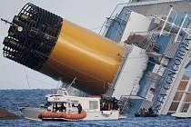 Ztroskotání lodi Costa Concordia u italských břehů mohl způsobit výpadek proudu, po kterém selhala navigace.