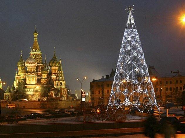 """Tradiční ruská """"jolka"""" zdobí Rudé náměstí v Moskvě. V pozadí nalevo je chrám Vasilije Blaženého."""