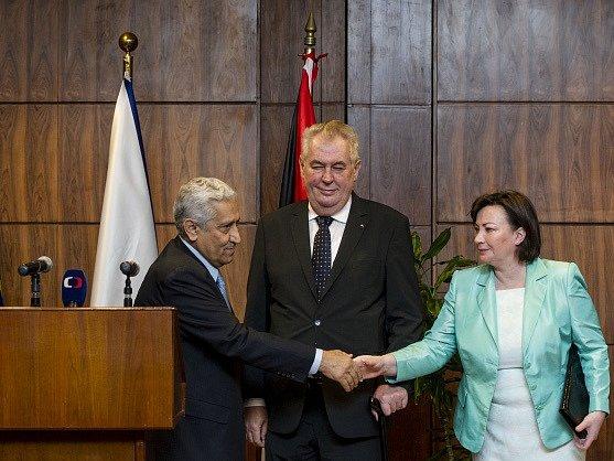 Prezident Miloš Zeman s manželkou Ivanou se setkal 10. února v Ammánu v rámci návštěvy Jordánska s předsedou jordánské vlády Abdalláhem Ansúrem (vlevo).