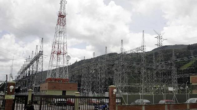 Policista hlídá rozvodnu elektrické energie nedaleko Bogoty. Velký výpadek proudu ochromil celou zemi.