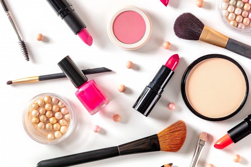 Vědci při rozsáhlém testu odhalili přítomnost nebezpečných látek v mnoha kosmetických produktech. Takzvané PFAS, tedy per- a polyfluoralkylové látky, navíc v organismu mohou vydržet i celé roky.