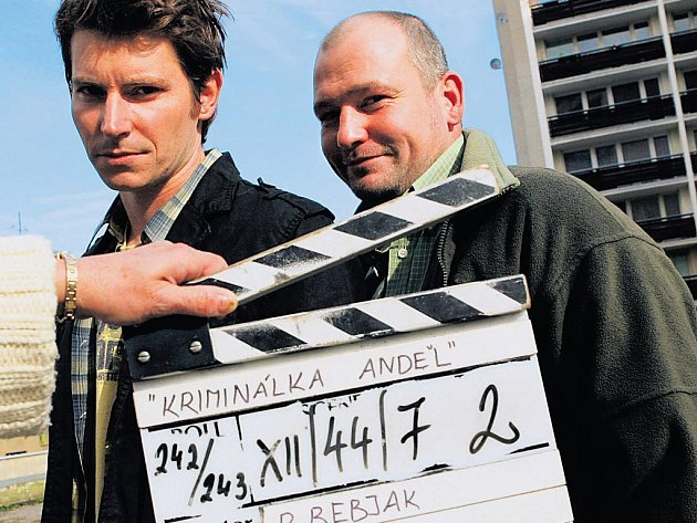 """Nováček a profík (David Švehlík a Marek Taclík) """"v akci"""". V první řadě seriálu velcí parťáci, ve druhé je na čas rozdělí jedna žena..."""