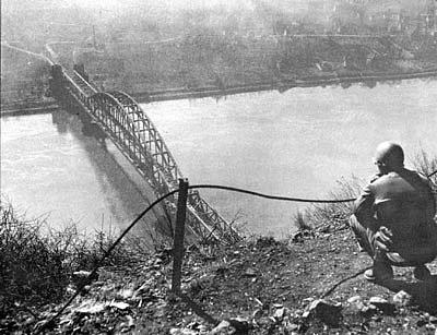 Americká průzkumná hlídka oddílu poručíka Carla Timmermana dorazila 7. března kolem 13. hodiny na kopec s výhledem do říčního údolí s mostem a obcí na břehu