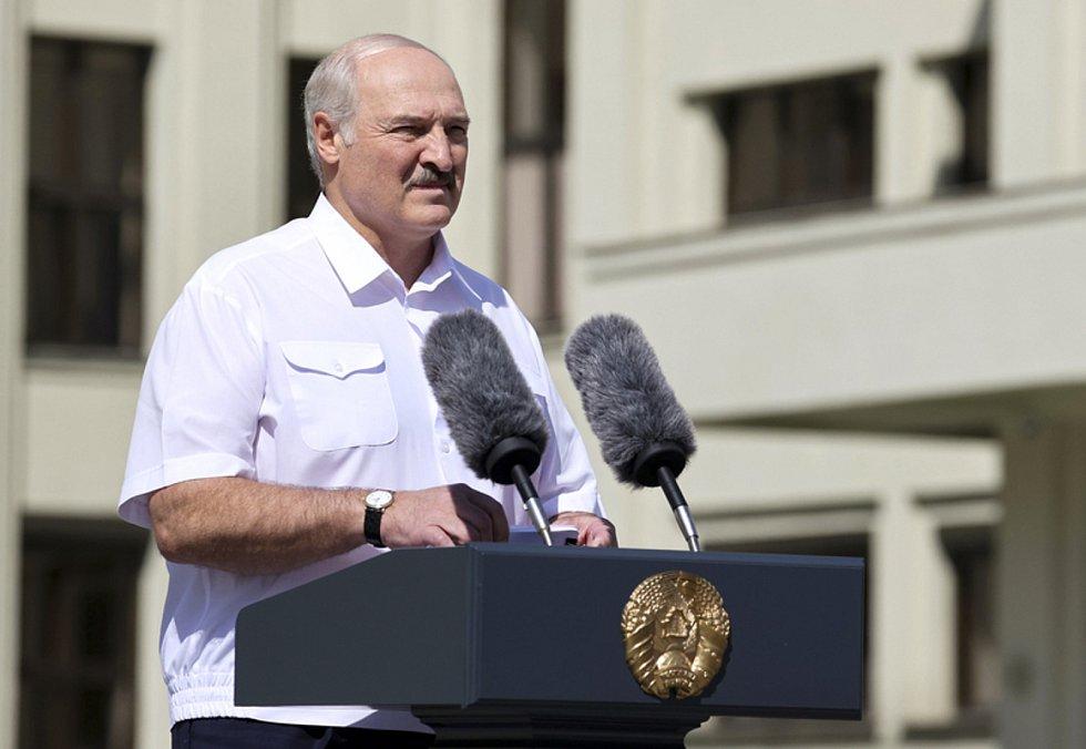 Běloruský prezident Alexandr Lukašenko mluví ke svým příznivcům, kteří se sešli 16. srpna v Minsku.