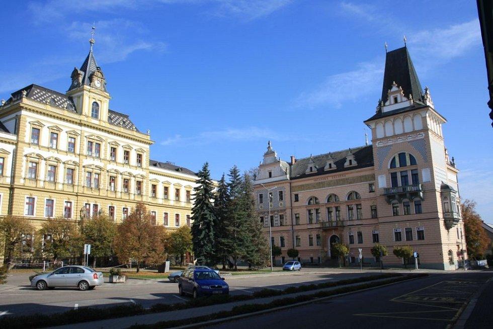 Český poutník: Masarykovo náměstí v Přelouči. Vlevo škola, vpravo záložna.