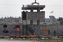 Turečtí vojáci na stanovišti u syrského města Akçakale