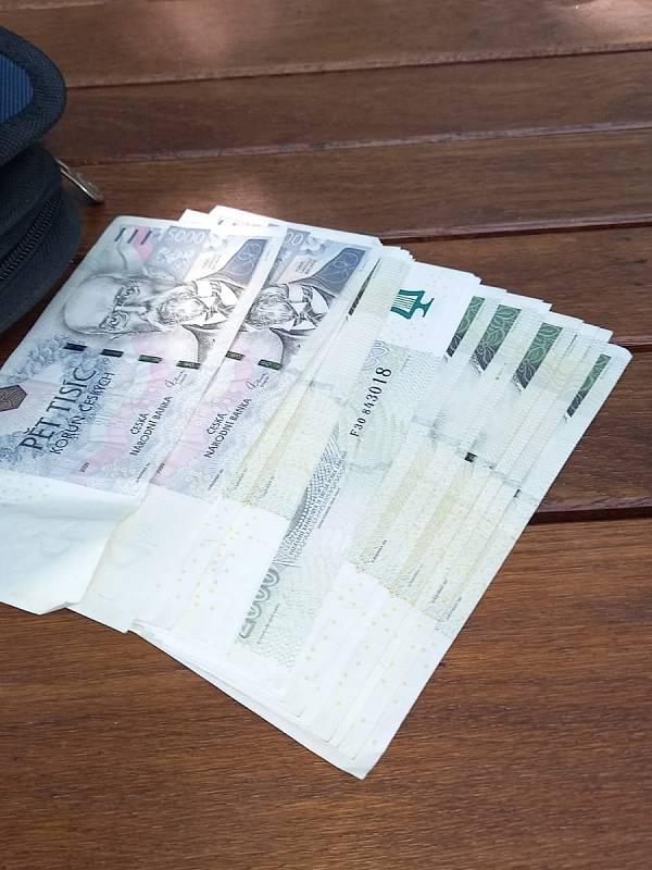 Taška ležící na chodníku skrývala 58 tisíc korun