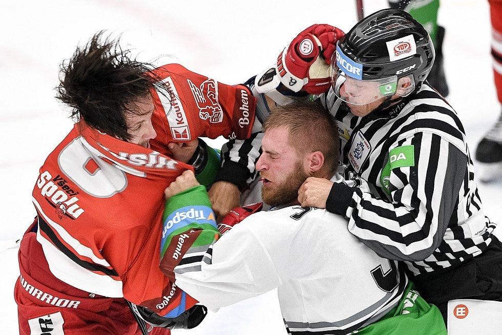 Utkání 1. kola hokejové extraligy: HC Olomouc - BK Mladá Boleslav, 10. září 2021 v Olomouci. Bitka mezi Tomáš Dujsík z Olomouce a Adam Jánošík z Mladé Boleslavi.