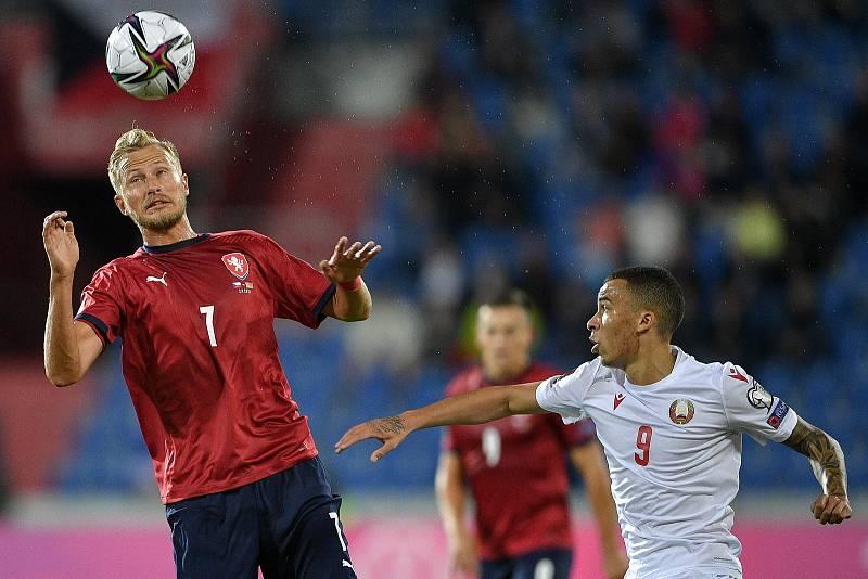 Utkání skupiny E kvalifikace mistrovství světa ve fotbale: Česko - Bělorusko, 2. září 2021 V Ostravě. (zleva) Antonín Barák z ČR a Max Ebong z Běloruska.