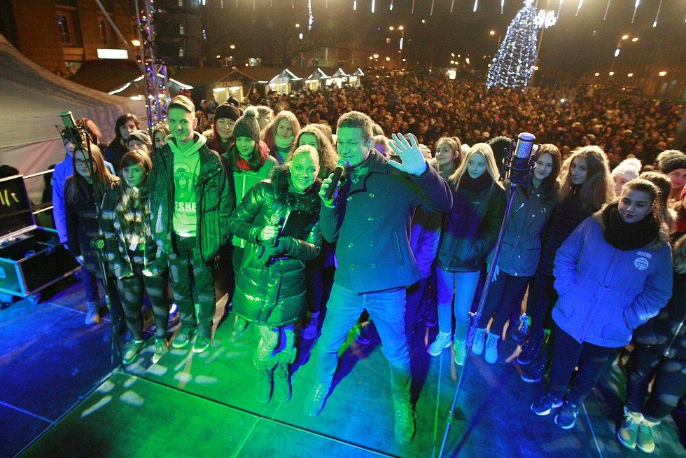 Česko zpívá koledy s deníkem na Alšově náměstí v Porubě. Lidé si zazpívali koledy společně s dětským sborem a zpěvačkou Markétou Konvičkovou.Markéta Konvičková