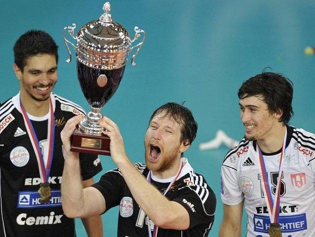 Budějovice porazily Duklu Liberec 3:1 na sety a celou sérii vyhrály 4:0 na zápasy. Petr Zapletal z Českých Budějovic s pohárem.