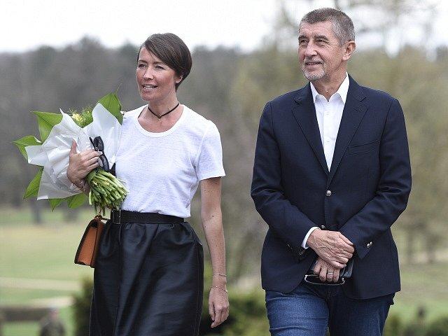 Andrej Babiš a mluvčí ANO Lenka Kubovičová po jednání s prezidentem Milošem Zemanem v Lánech.