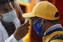 Měření teploty lidem přicházejícím na odběry vzorků na covid-19 v přístavišti v mexické metropoli, 10. září 2020