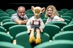 Denisa Kirschnerová a Martin Klásek při fotografování pro Deník v Divadle Spejbla a Hurvínka v Praze 30. července v Praze.