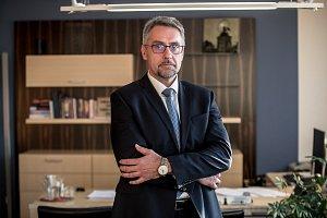 Ministr vnitra Lubomír Metnar při fotografování pro Deník 14. prosince v Praze.