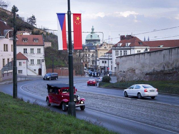Vlajky jsou opět na veřejném osvětlení v Chotkově ulici, v ulici Mariánské hradby, Jelení a v Evropské.