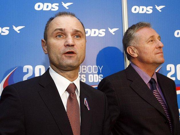 V pražských Vysočanech se o víkendu uskutečnil 20. kongres ODS. Na snímku zleva Ivan Langer a předseda strany Mirek Topolánek.