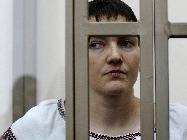 Savčenková je obžalovaná z vraždy, z pokusu o vraždu a z nezákonného překročení ruských hranic a ruská prokuratura pro ni žádá 23 let vězení.