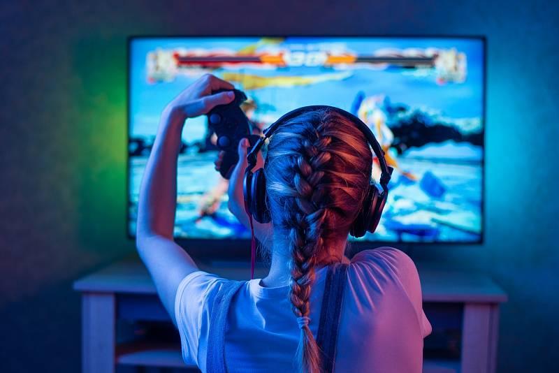 Na internetu nebo hraním počítačových her tráví školáci denně nejčastěji 2 až 3 hodiny.