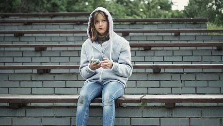 Teenageři se potřebují vymezovat vůči rodičům, být nezávislí, mít kolem sebe kamarády a zažívat první lásky. Koronavirus všechny tyto potřeby potlačil, což s sebou zákonitě nese negativní důsledky.