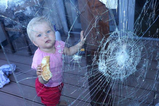 Bezpečnostní fólie brání vstupu do objektu ipo rozbití skla. Střepy navíc nikoho nezraní.
