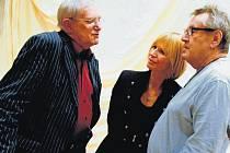 POZOROVATELKA. Dokumentaristka Olga Špátová sleduje při práci Jiřího Suchého, Jitku Molavcovou a Miloše Formana.