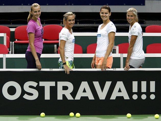 České tenistky vyrukují v semifinále Fed Cupu ve složení (zleva) Petra Kvitová, Klára Koukalová, Lucie Šafářová a Andrea Hlaváčková.