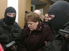 Náměstkyně Naftogazu Marija Kušnirová vedená dvěma policisty.
